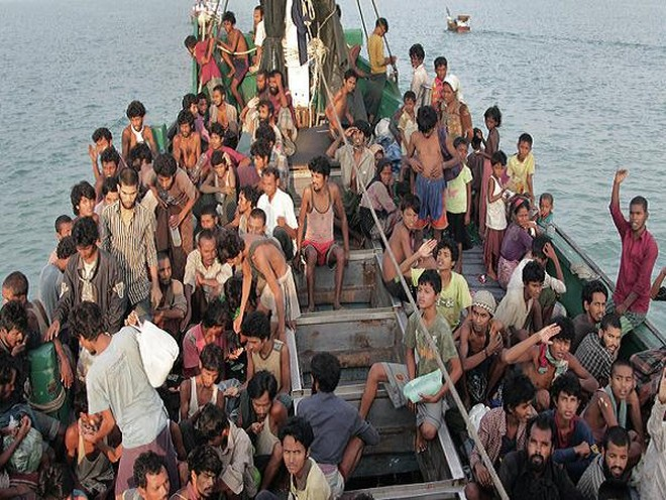 Người di cư Rohingya trên một chiếc thuyền lênh đênh trên biển