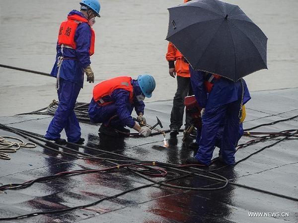 Lực lượng cứu hộ đang cắt lỗ ở thân tàu để vào trong cứu người sống sót