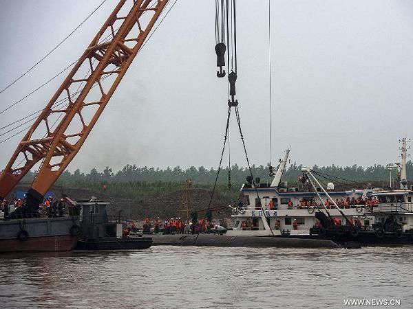 Trung Quốc đang chạy đua với thời gian để cứu những nạn nhân còn mắc kẹt trong tàu