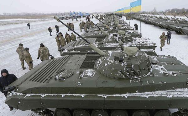 Binh lính và phương tiện chiến đấu của quân chính phủ tại một điểm tập kết ở miền đông Ukraine