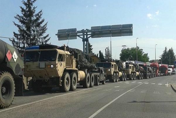 Đoàn xe tải đang tập trung tại một thị trấn biên giới Hungary.