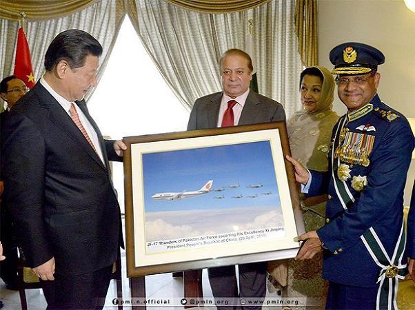 Chủ tịch Trung Quốc Tập Cận Bình được Pakistan tặng bức ảnh chụp các máy bay chiến đấu JF-17 nước này hộ tống chiếc chuyên cơ của ông