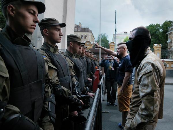 Lực lượng Right Sector đối đầu với cảnh sát Ukraine hôm 11-7