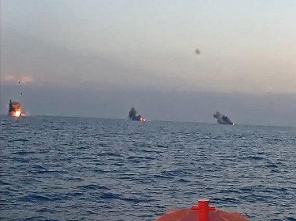 Các tàu mục tiêu bị tên lửa Longbow Hellfire tiêu diệt trong vụ thử nghiệm