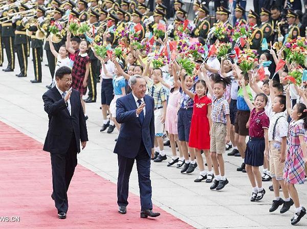 Chủ tịch Trung Quốc Tập Cận Bình và Tổng thống Kazakhstan Nursultan Nazarbayev duyệt đội danh dự