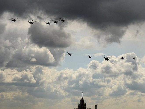 Máy bay trực thăng Nga trên bầu trời Moscow