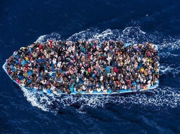 """Những người tị nạn chen chúc trên những con tàu bé nhỏ hướng đến """"giấc mơ châu Âu"""""""