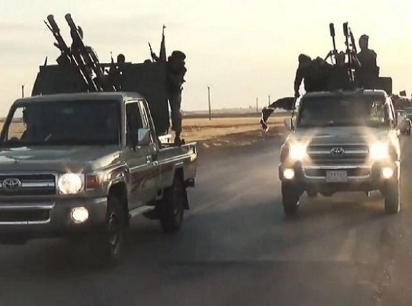 """Những tên khủng bố IS ngồi trên thùng sau của Toyota Hilux """"độ"""" vũ khí"""