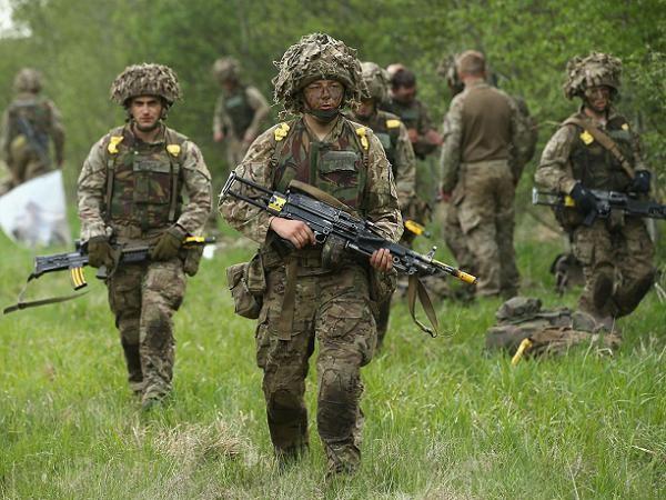 Binh lính Anh tham gia một cuộc diễn tập huấn luyện tại Baltic