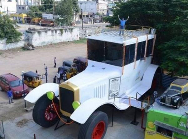 Người đàn ông Ấn Độ chế tạo ô tô dài 15m, cao 8m