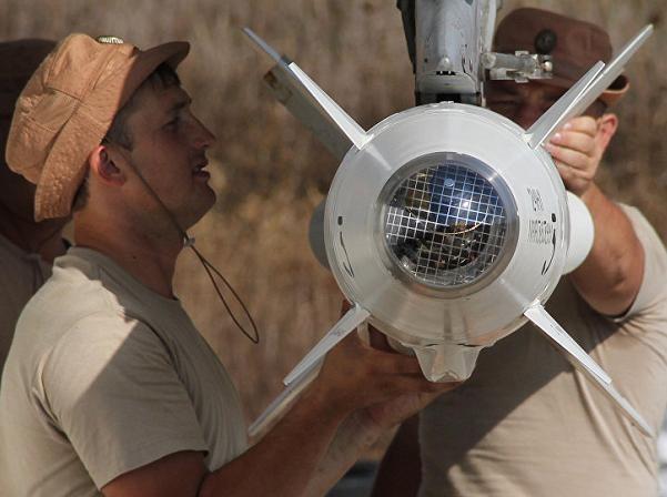 Nhân viên kỹ thuật máy mặt đất lắp đặt bom đạn trên máy bay chiến đấu Nga ở sân bay Hmeymim