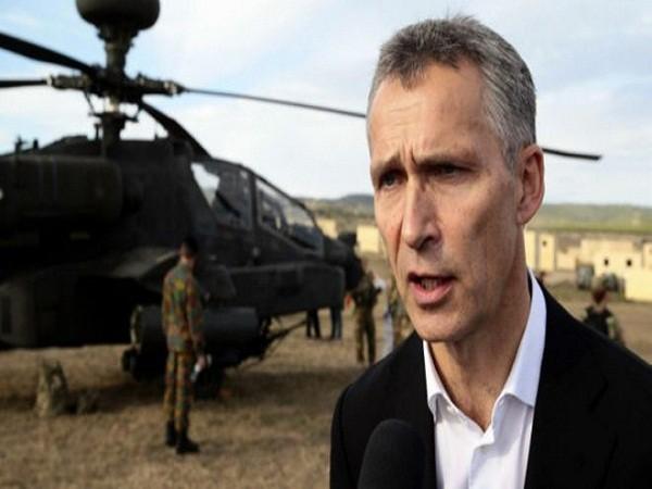 Tổng thư ký NATO - Jens Stoltenberg đang quan sát cuộc diễn tập