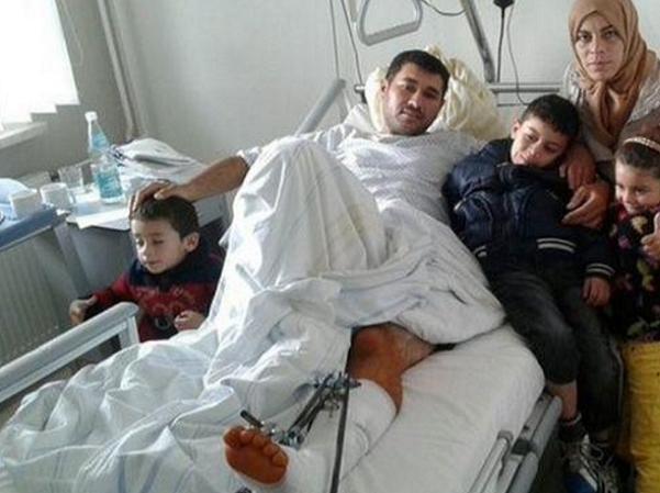 Cậu bé Azam đoàn tụ với cha mẹ tại bệnh viện ở Đức