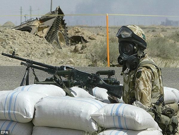 Lính Anh đeo mặt nạ phòng hóa khi chiến đấu tại Iraq