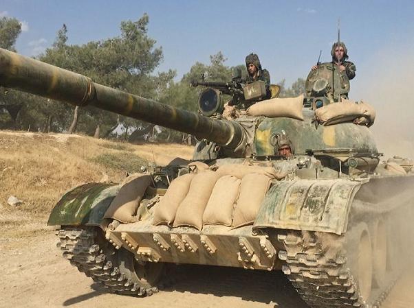 Xe tăng quân đội Syria trong chiến dịch tấn công IS ở thành phố Hama