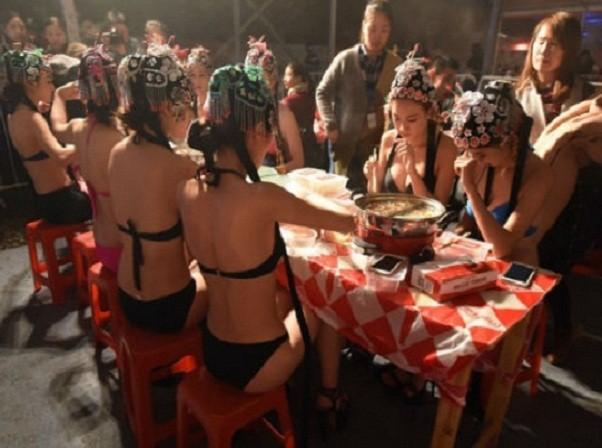 Đại tiệc lẩu ngoài trời biến thành đại tiệc… bikini nóng bỏng