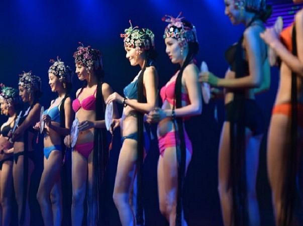 Ban tổ chức đã mời dàn người mẫu nóng bỏng đến góp vui cho đại tiệc lẩu