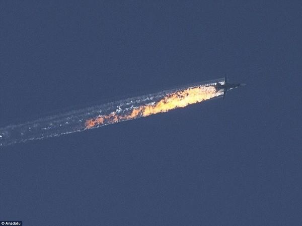 Chiếc máy bay ném bom Su-24 của Nga bốc cháy sau khi trúng tên lửa của Thổ Nhĩ Kỳ