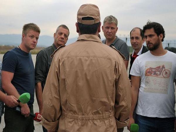 Hoa tiêu Konstantin Murahtin trả lời phỏng vấn của các nhà báo ở sân bay Hmeymim-Latakia của Syria