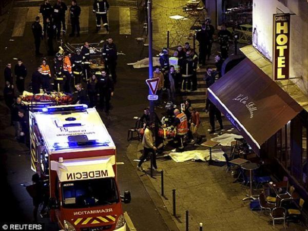 Hiện trường bên ngoài phòng hòa nhạc Bataclan sau vụ tấn công khủng bố hôm 13-11
