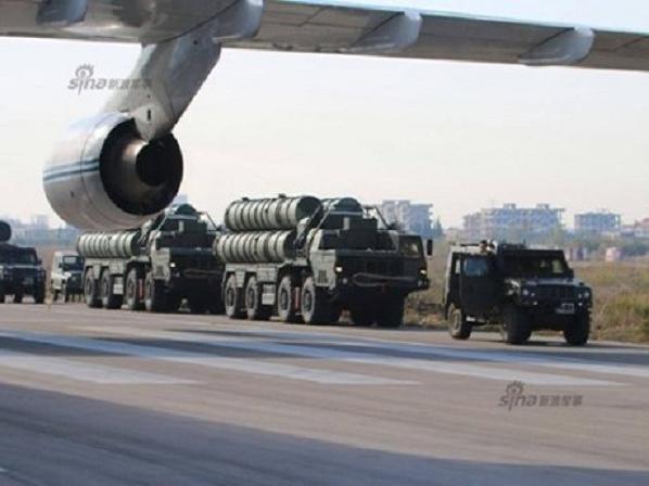 Hệ thống phòng không S-400 Nga xếp hàng bên cạnh đường băng