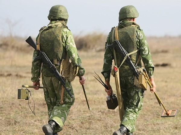 Lính công binh mang thiết bị rà phá bom, mìn (Ảnh minh họa)