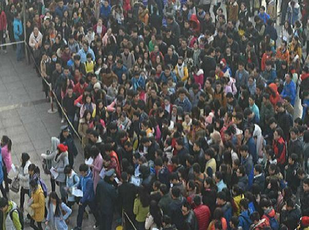 Hàng chục ngàn người chen chúc tại một điểm thi tuyển công chức