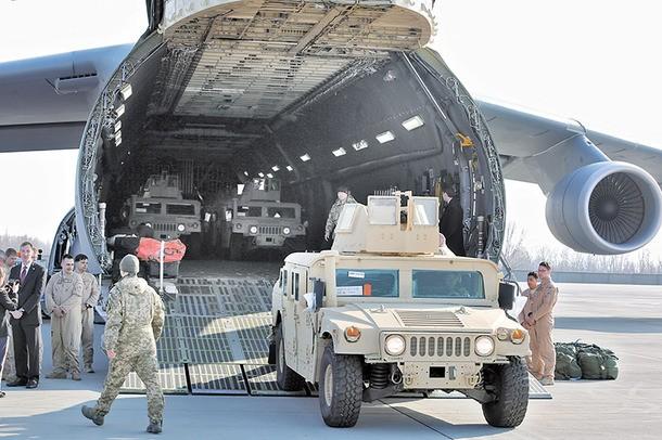 Máy bay Mỹ chở lô xe bọc thép Humvee đến Odessa