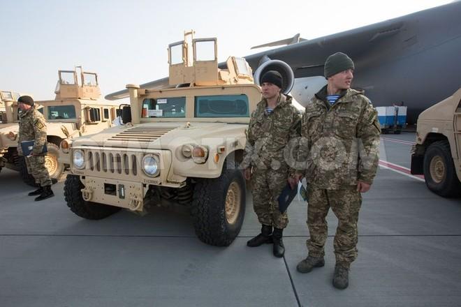 Máy bay Mỹ chở lô xe bọc thép Humvee đến Kiev