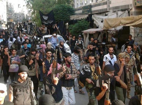 Các thành viên của Mặt trận Nusra diễu hành trên đường phố Damascus, Syria, hồi năm ngoái