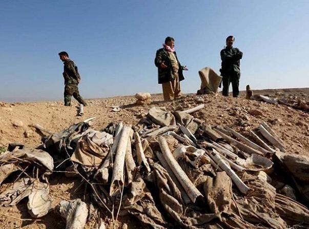 Xương của các nạn nhân trong một ngôi mộ tập thể ở Sinjar được tìm thấy hôm 30-11