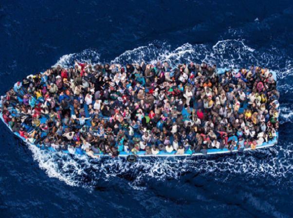 Người tị nạn chen chúc trên những con thuyền nhỏ bé