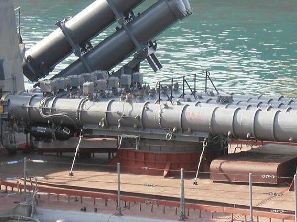 Hệ thống phóng tên lửa hành trình chống tàu cận âm Kh-35 Uran-E và ống phóng ngư lôi của Smetlivy