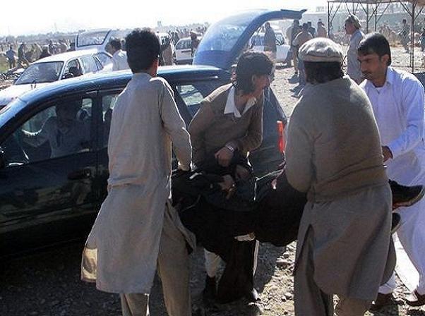 Những người bị thương trong vụ nổ bom ở Pakistan ngày 13-12 được đưa đi cấp cứu