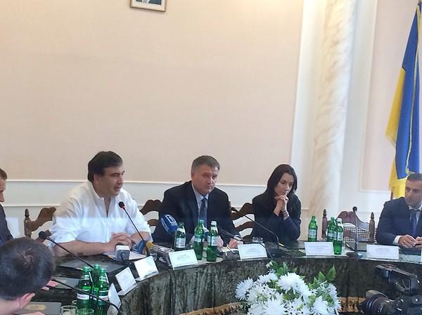 Bộ trưởng Nội vụ Avakov (vest đen) và Thống đốc Odessa Mikhail Saakashvili (sơmi trắng)
