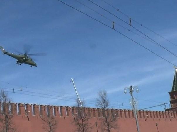 Trực thăng Mi-35MS cất cánh gần Điện Kremlin
