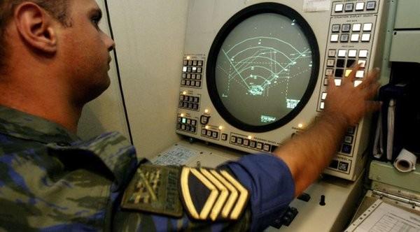Một sỹ quan phòng không Hy Lạp điều khiển radar tên lửa phòng không Patriot tại căn cứ Tatoi, phía bắc Athens