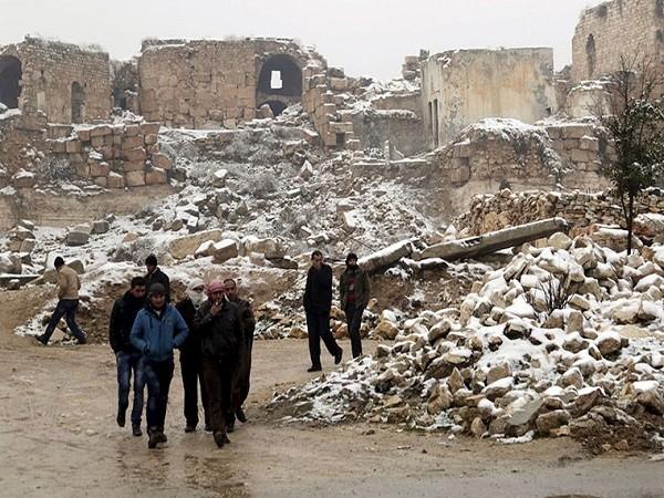 Lâu đài cổ xưa hiện lên trong đống đổ nát bị tuyết bao trùm.