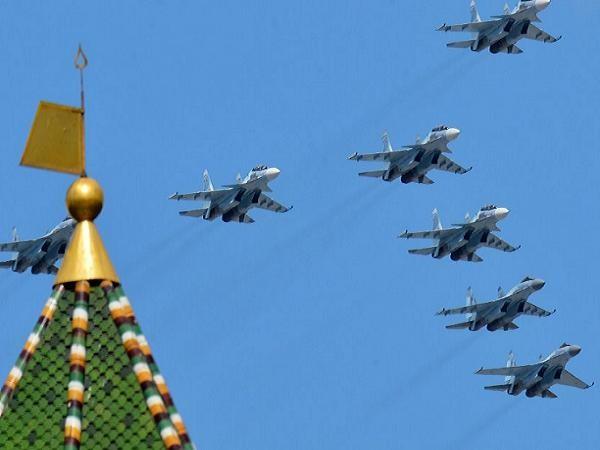 Máy bay chiến đấu Su-30SM và Su-35S thao diễn tại Moscow