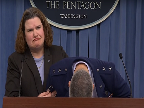 Tướng Mỹ ngất xỉu khi đang họp báo về ngân sách quốc phòng ảnh 1