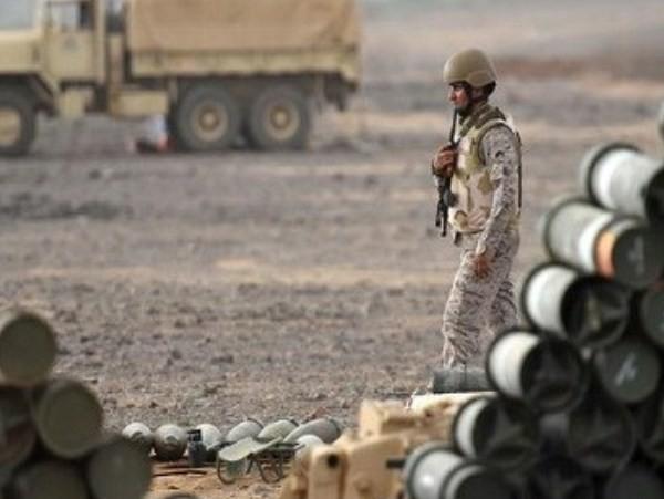 Một người lính Saudi Arabia đi bộ gần một bãi chứa đạn dược.