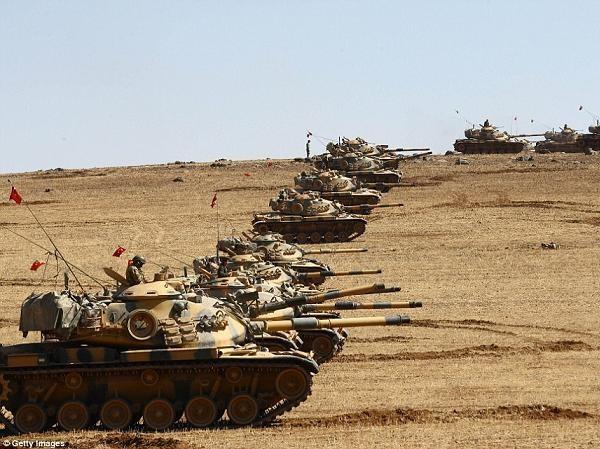 Xe tăng Thổ Nhĩ Kỳ tập kết tại biên giới Syria