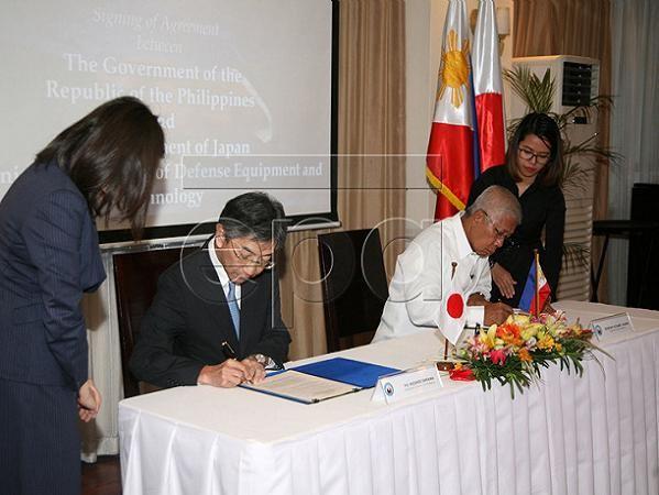 Bộ trưởng Voltaire T. Gazmin (phải) và Đại sứ Kazuhide Ishikawa ký thỏa thuận