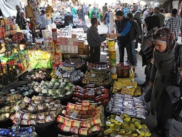 Một gian hàng trong chợ bày bán rất nhiều sản phẩm