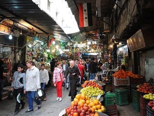 Một khu bày bán hoa quả trong chợ. Mặt hàng này rất phong phú với nhiều loại quả tươi, ngon khác nhau.