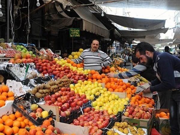 Người dân mua trái cây.