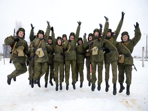 Các nữ quân nhân tham gia cuộc thi vô cùng xinh đẹp và hấp dẫn.