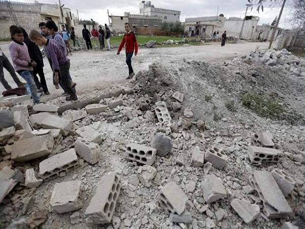 Một con đường bị phá nát bởi vụ tấn công bằng đạn pháo của phiến quân ngày 5-3