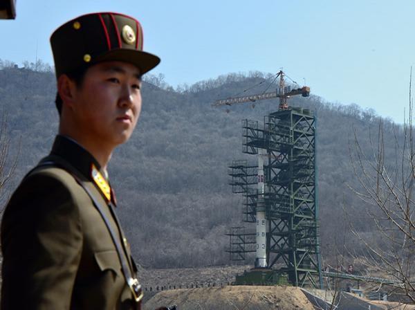 Một tên lửa tầm xa của Triều Tiên đã được đưa lên bệ phóng