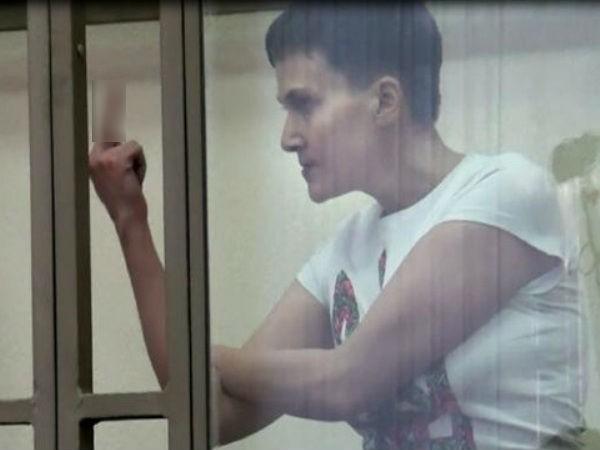 """Nadiya Savchenko với nét mặt đầy căm phẫn, và hành động giơ """"ngón tay thối"""" tại tòa ngày 9-3"""